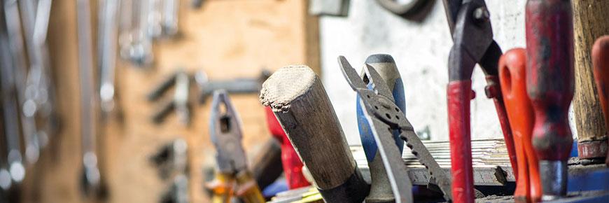 aufgeräumte Werkstatt mit Werkzeugen