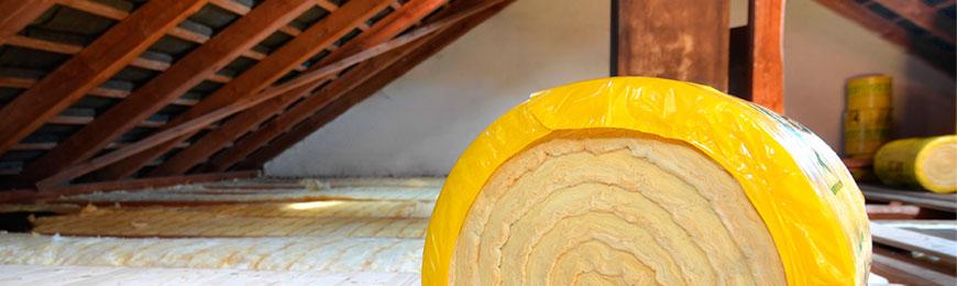 Dachdämmarbeiten mit Glaswolle