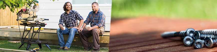 Zwei Männer sitzen auf einer Terrasse